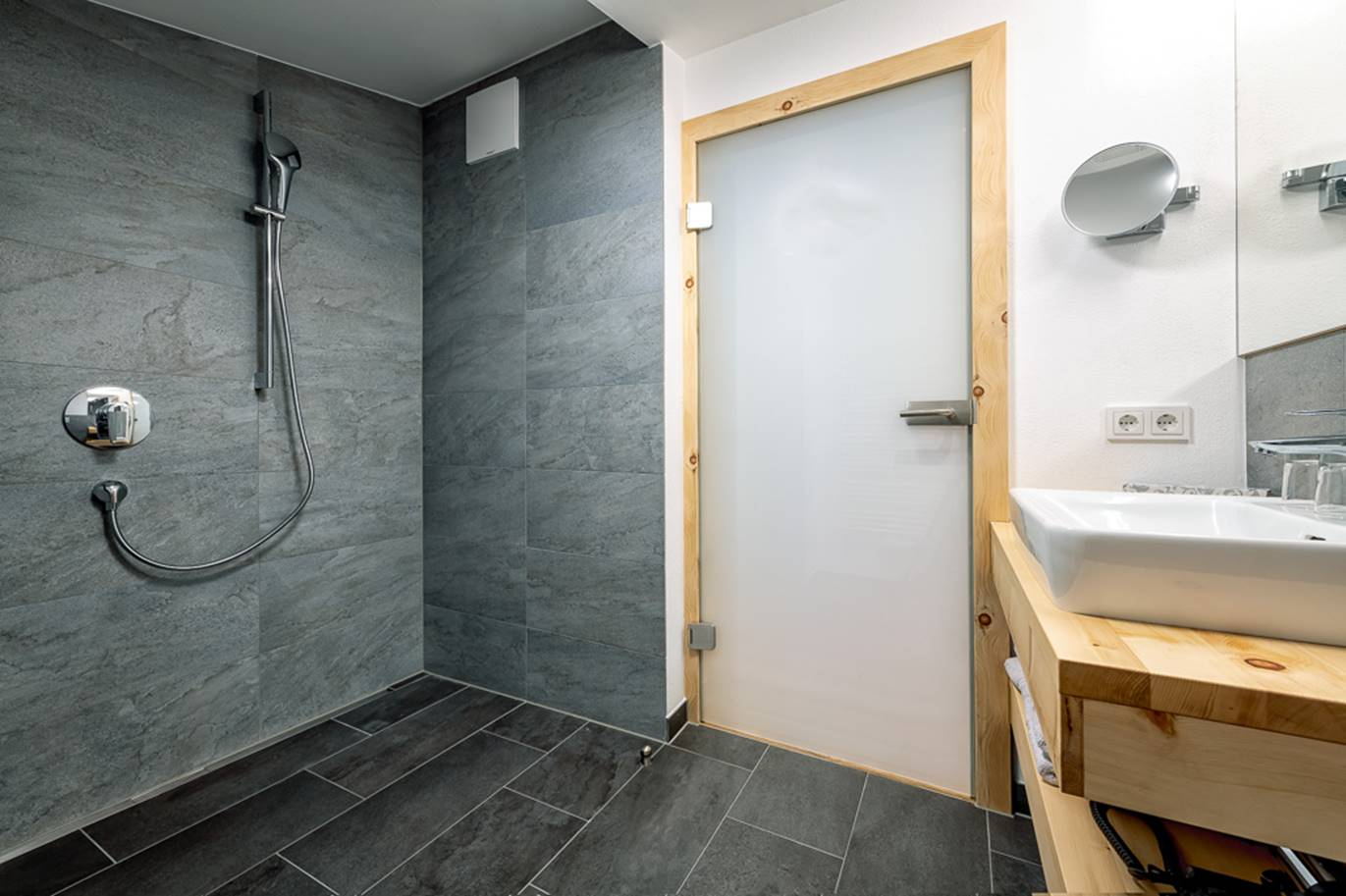 Bad in den neuen Suiten am Schörhof